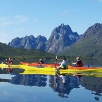 Groups-paddling-under-mountains-and-glacier